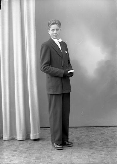 "Enligt fotografens journal nr 8 1951-1957: ""Sjöholm, Raymond Stenungsund""."
