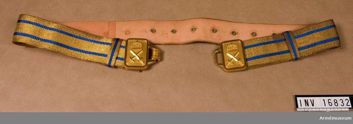 Skärpet är vävt med gulddragartrådar i netallfärg m/1960 guld och rayonsilketrådar i blå färg, två stycken ränder 4 mm breda placerade 9 mm från vardera ytterkanter. Skärpet är fodrat med ljust kalvskinn i vilket är fastsatt öljetter, 17 st vid ena ytteränden och 4 st vid den andra. Hakar i skärpets ytterkanter kan hakas i dessa och sålunda regleras vidden på skärpet. Två löpare på vardera sidan av spännet i samma utförande som skärpet. Två metallfärg, guld m/1960 och utgöres av två rektangulära beslag med upphöjda kanter. På vardera beslag ett armétecken m/1960. Det högra beslag är försett med en krok att haka i det vänstra. Tillverkare av skärpet är August Holts gulddraderifabriks A.B. Stockholm och spännet tillverkat av Sporrong o Co. Stockholm.
