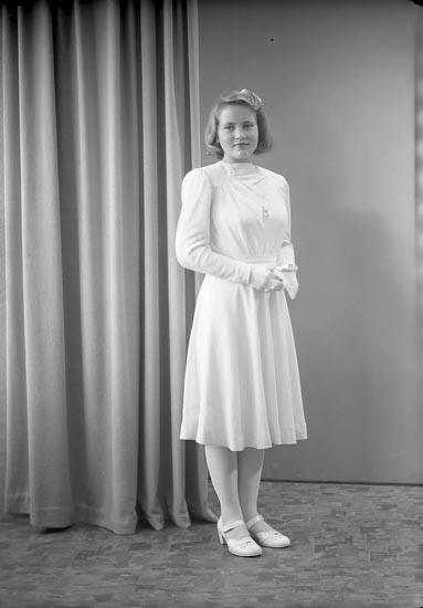 """Enligt fotografens journal nr 7 1944-1950: """"Josefsson, Inga-Lill Slätten, Spekeröd""""."""