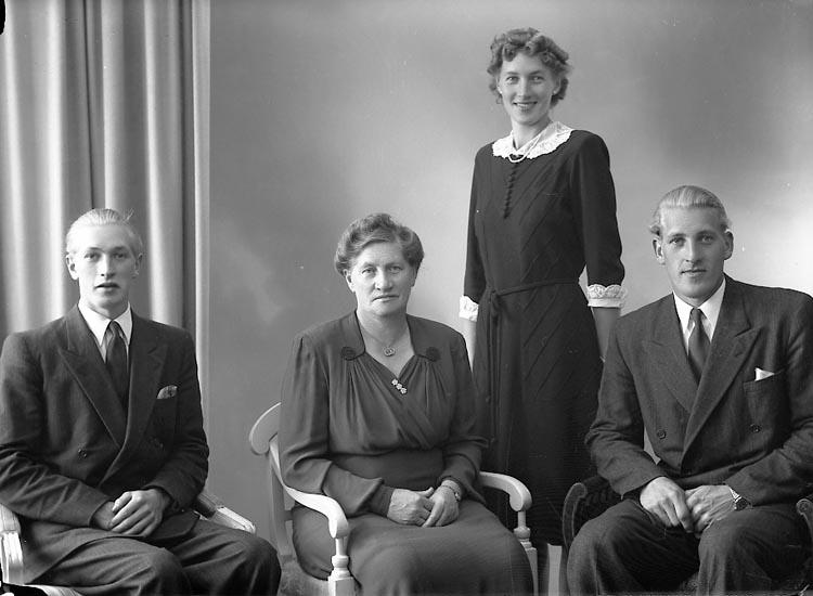 """Enligt fotografens journal nr 7 1944-1950: """"Nordgren, Fru Maria Helgeröd Kode""""."""