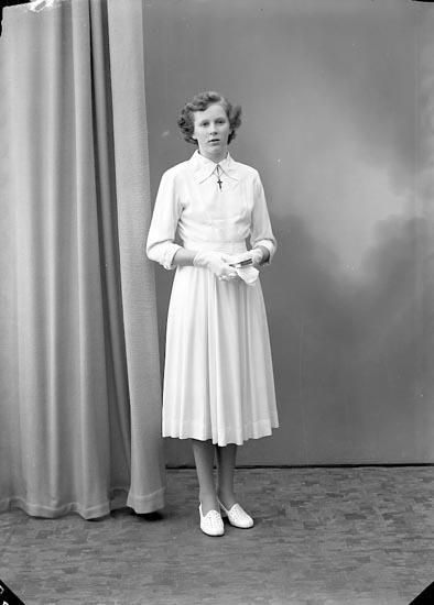 """Enligt fotografens journal nr 8 1951-1957: """"Karlsson, Tyra Dalaborg, Stillingsön""""."""