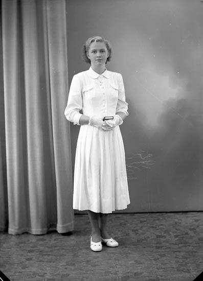 """Enligt fotografens journal nr 8 1951-1957: """"Eriksson, Inga-Britt Röra, Svanesund""""."""