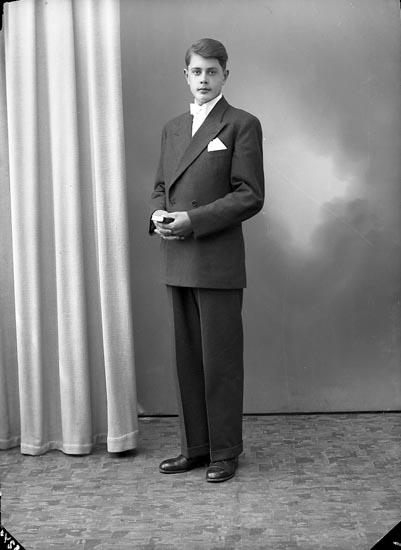 "Enligt fotografens journal nr 8 1951-1957: ""Olsson, Tore Kyrkenorum, Stenungsund""."
