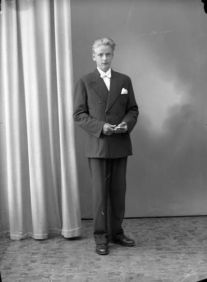 """Enligt fotografens journal nr 8 1951-1957: """"Fransson, Roland, Dal, Ucklum""""."""