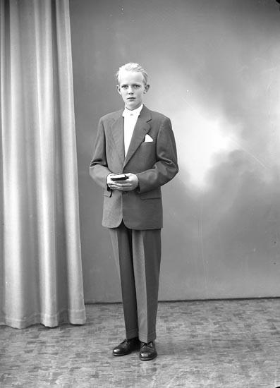 """Enligt fotografens journal nr 8 1951-1957: """"Samuelsson, Lennart Solängen, Jörlanda""""."""