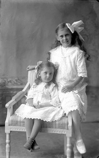"""Enligt fotografens journal Lyckorna 1909-1918: """"Ringe, Gunvor Göta""""."""