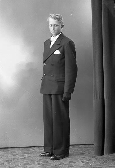 """Enligt fotografens journal nr 6 1930-1943: """"Berntsson, Bengt Tjäderöd, Svenshögen""""."""