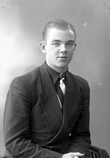 """Enligt fotografens journal nr 6 1930-1943: """"Andersson, Bertil (Handl.) Ödsmål""""."""