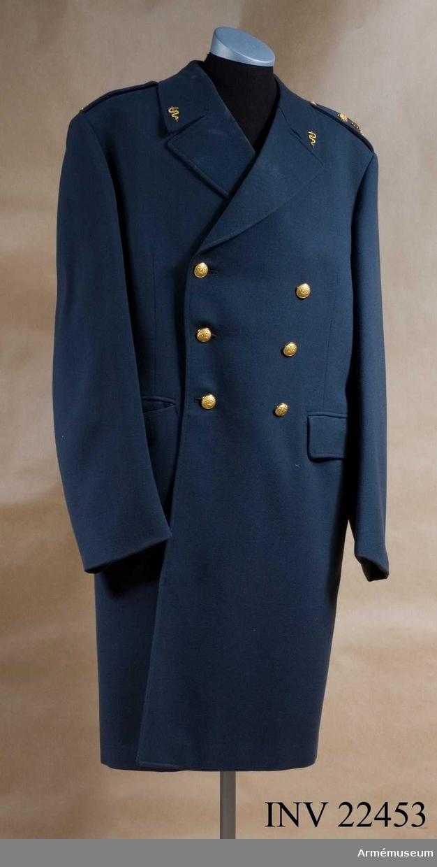 Grupp C I. Ur uniform för regementsläkare vid Kungliga Norra Smålands reg. Består av rock, långbyxor, skjortor, slips, paradskärp, kappa, mössor, halsduk.