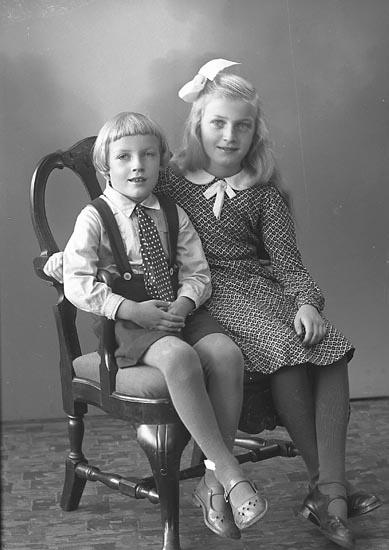 "Enligt fotograrens journal nr 6 1930-1943: ""Svensson, Algot Kyrkeby, Jörlanda""."