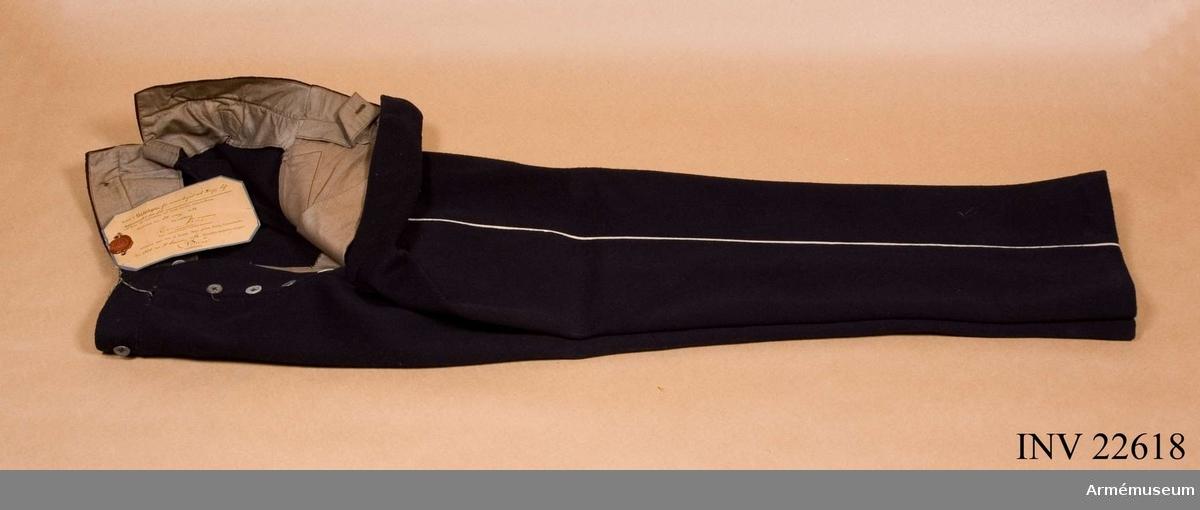 Grupp C I. Modell å klädesbyxa m/1893. Modell å klädesbyxor för manskapet vid Kungl. Livregementet till fot, att tjäna till efterrättelse vid deras skeende nyanskaffning, fastställd genom nådig go nr 1304 den 31. december 1892.