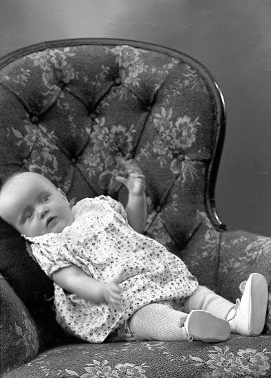 """Enligt fotografens journal nr 6 1930-1943: """"Abrahamsson, Fru Ruth Säckebäck, Varekil""""."""