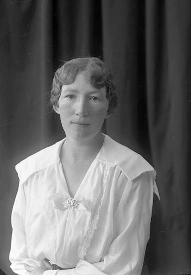 """Enligt fotografens journal nr 4 1918-1922: """"Hultgren, Fr. Maja Här""""."""