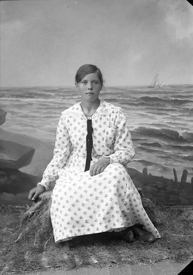 """Enligt fotografens journal nr 4 1918-1922: """"Johansson, Linnéa Dälna, Svenshögen""""."""