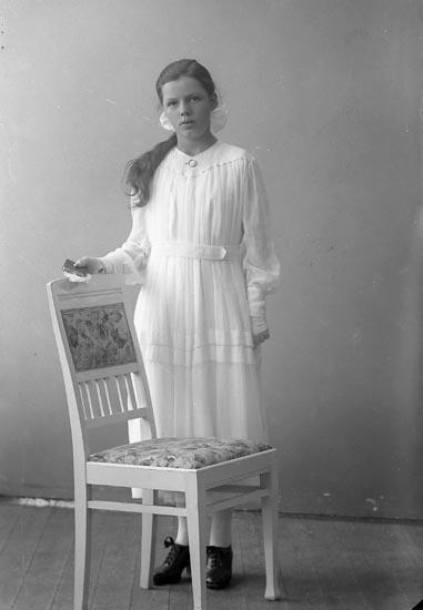 """Enligt fotografens journal nr 4 1918-1922: """"Pettersson, Arvida Myggenäs, Hjälteby""""."""