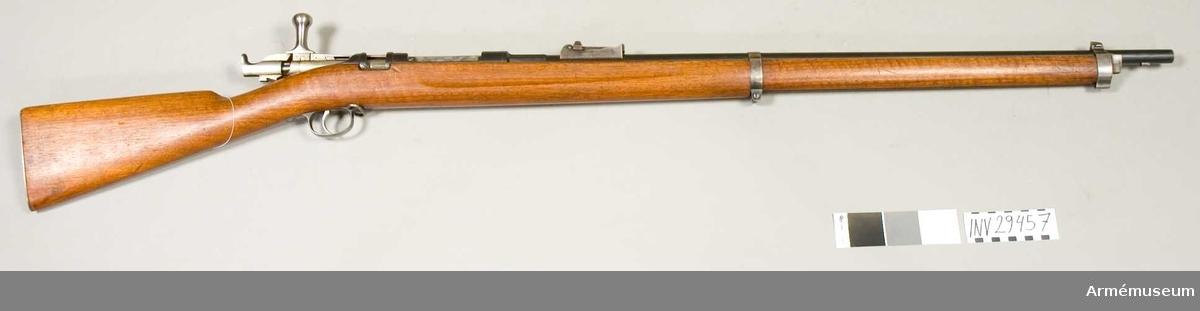 Grupp E II f. Gevär fm/1883-1886 med framstocksmagasin för infanteriet.