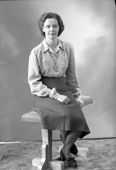"""Enligt fotografens journal nr 7 1944-1950: """"Enander, Fr. Birgit Gbg""""."""