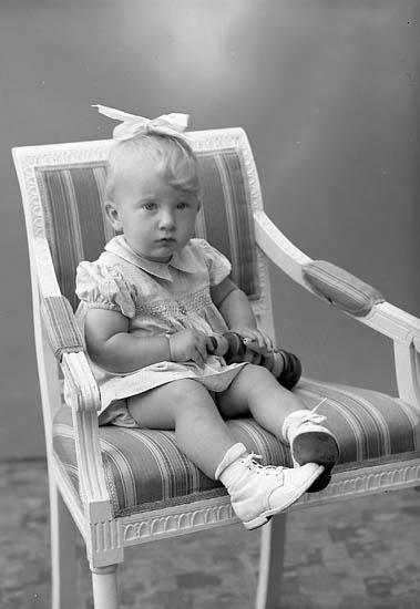 """Enligt fotografens journal nr 7 1944-1950: """"Sandberg, Britt Marie Här""""."""