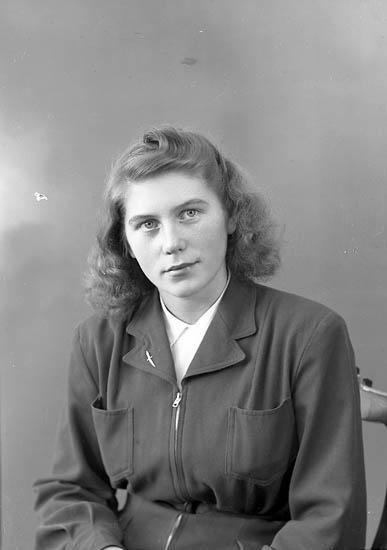 """Enligt fotografens journal nr 7 1944-1950: """"Samuelsson, Fr. Ingela Stenungsund""""."""
