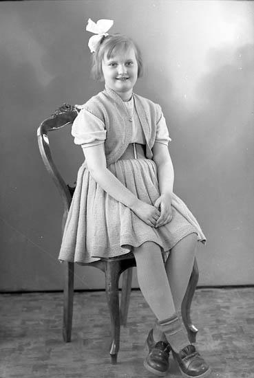 "Enligt fotografens journal nr 8 1951-1957: ""Tobiasson, Lena, Hagalund, Skårby""."