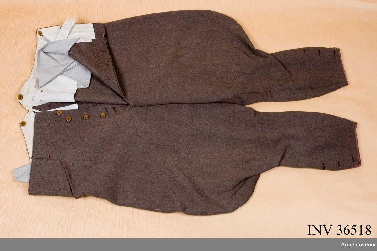 Grupp C I. Ur uniform m/1939 för ryttmästare vid Skånska kavalleriregementets reserv. Burna av ryttmästare Odd Olsen. Består av vapenrock, långbyxor, ridbyxor, mössa.