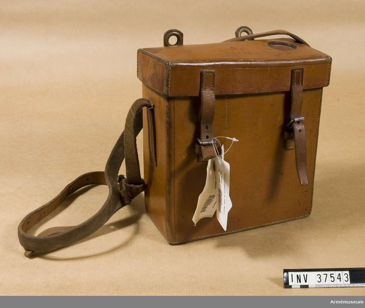 Samhörande nr 37541-3, telefon, hörtelefon, väska. Väska till telefonapparat m/1918 mindre. Grupp H I.