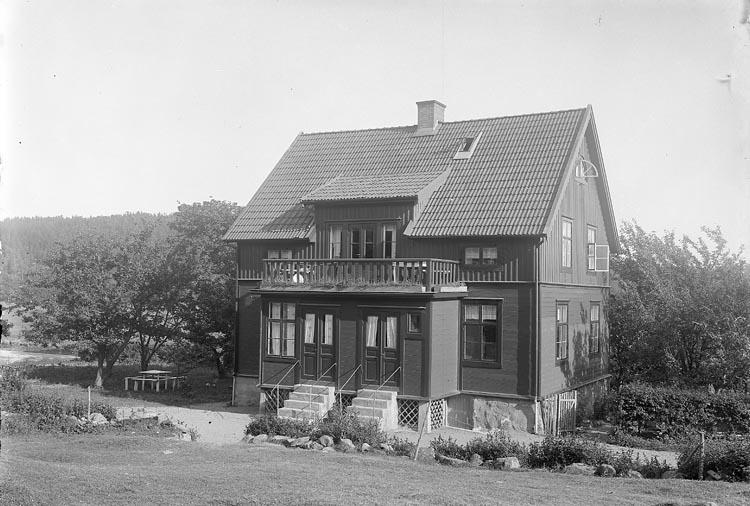 """Enligt fotografens journal nr 6 1930-1943: """"Karlsson, Styrman Berg Ödsmål""""."""