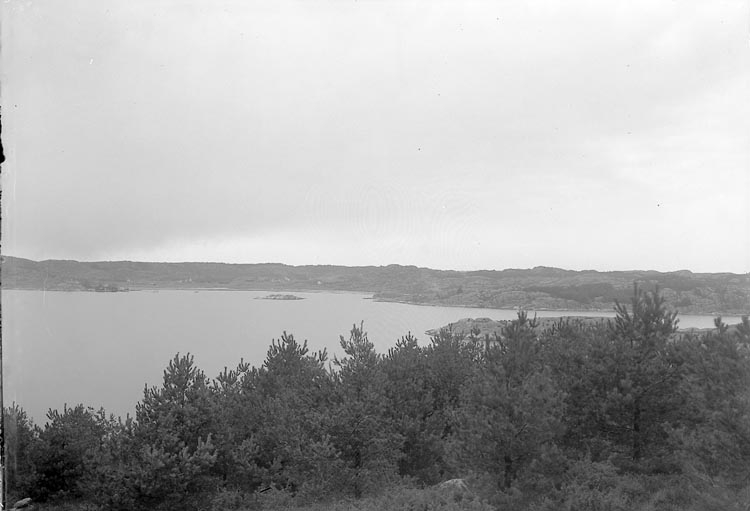"""Enligt fotografens journal nr 6 1930-1943: """"Svenska Kullagerfab. Semesterhem Brattön. Utsikt åt Höviksnäs""""."""