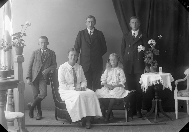 """Enligt fotografens journal nr 4 1918-1922: """"Karlsson, Anders Strandnorum, Här""""."""