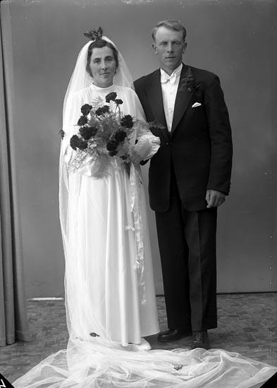 "Enligt fotografens journal nr 7 1944-1950: ""Larsson, Herr Einar Åker Svanesund""."