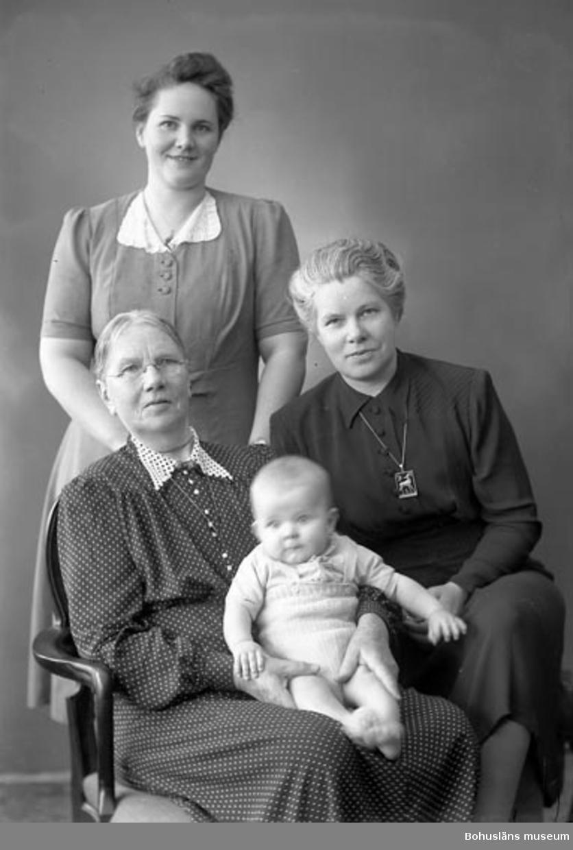 "Enligt fotografens journal nr 7 1944-1950: ""Andersson, Fru Aina Stenungsund 4 gener""."