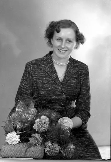 """Enligt fotografens journal nr 8 1951-1957: """"Andersson, Bruden Bö Svanesund"""". Enligt fotografens notering: """"Herr Bertil Andersson, Bö Svanesund""""."""
