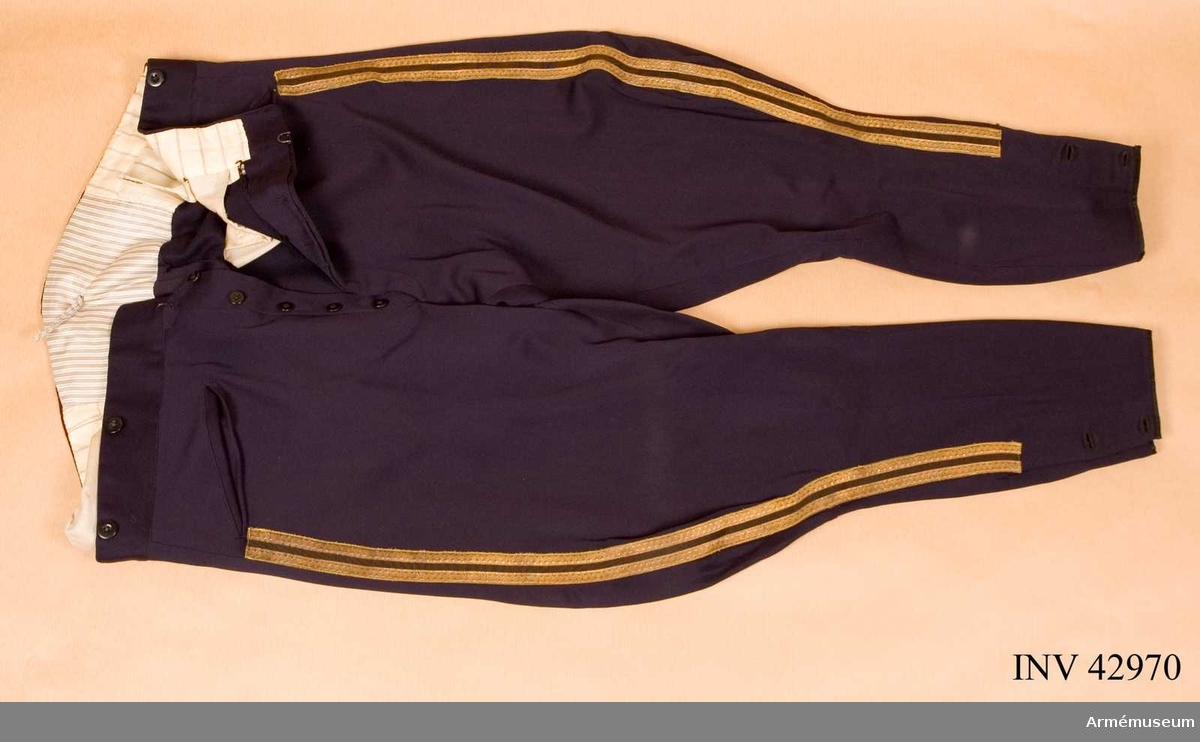 Grupp C I Uniformen består av attila, långbyxor, ridbyxor, käppi med plym och  kapell, mössa med kapell, kartuschlåda m kartuschrem, knutskärp,  stövlar, spännsporrar.   Samhörande nummer är AM.42969-81