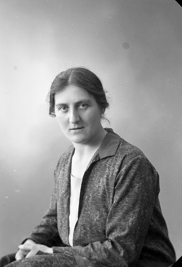 """Enligt fotografens journal nr 5 1923-1929: """"Nilsson, Hulda Höviksnäs""""."""