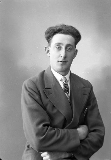 """Enligt fotografens journal nr 6 1930-1943: """"Johansson, Arnold Tveten, Spekeröd""""."""
