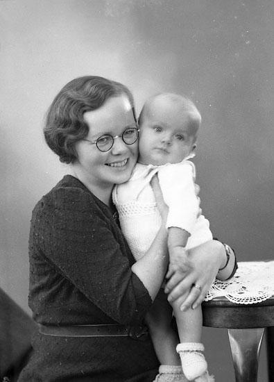 "Enligt fotografens journal nr 6 1930-1943: ""Rhedin, Fru Brita Stenungsund""."