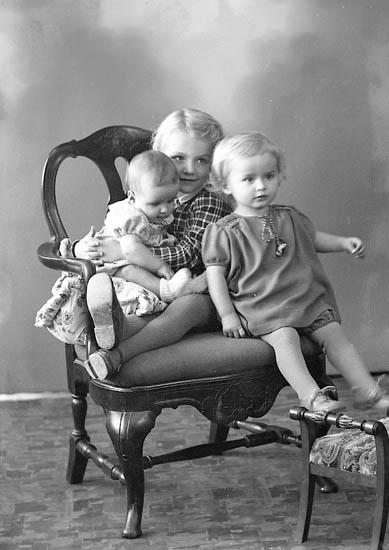 """Enligt fotografens journal nr 6 1930-1943: """"Rhedin, Pastorn med barnen Här""""."""