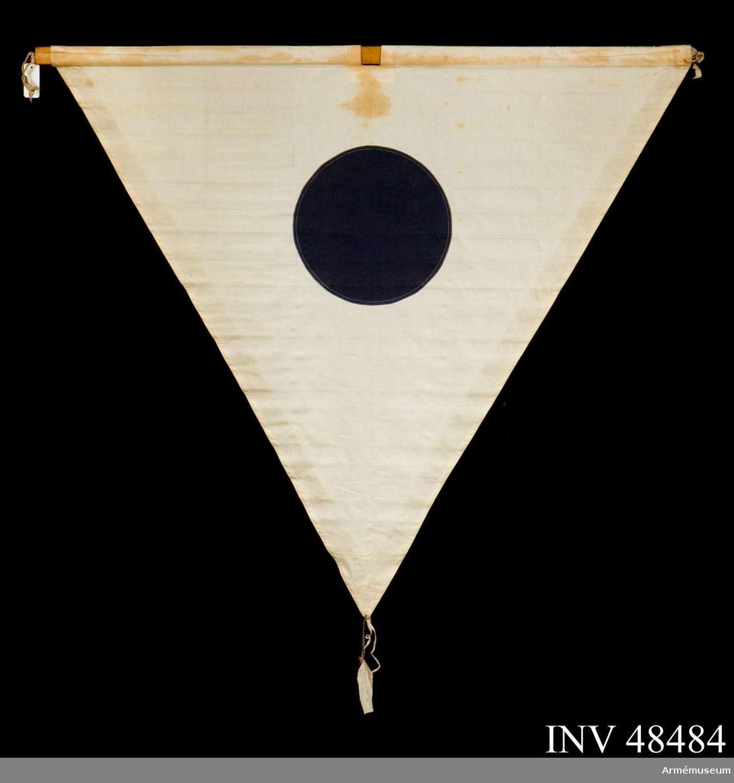 Grupp E VIII. Samhörande nr är 48483-9, eldriktningsskärm med tillbehör. Samhörande är fodral, 2 st flaggor av olika typ med  tillhörande tvärstänger, 2 st höjdstänger, kort markstycke,  långt markstycke och 4 st stagpinnar.