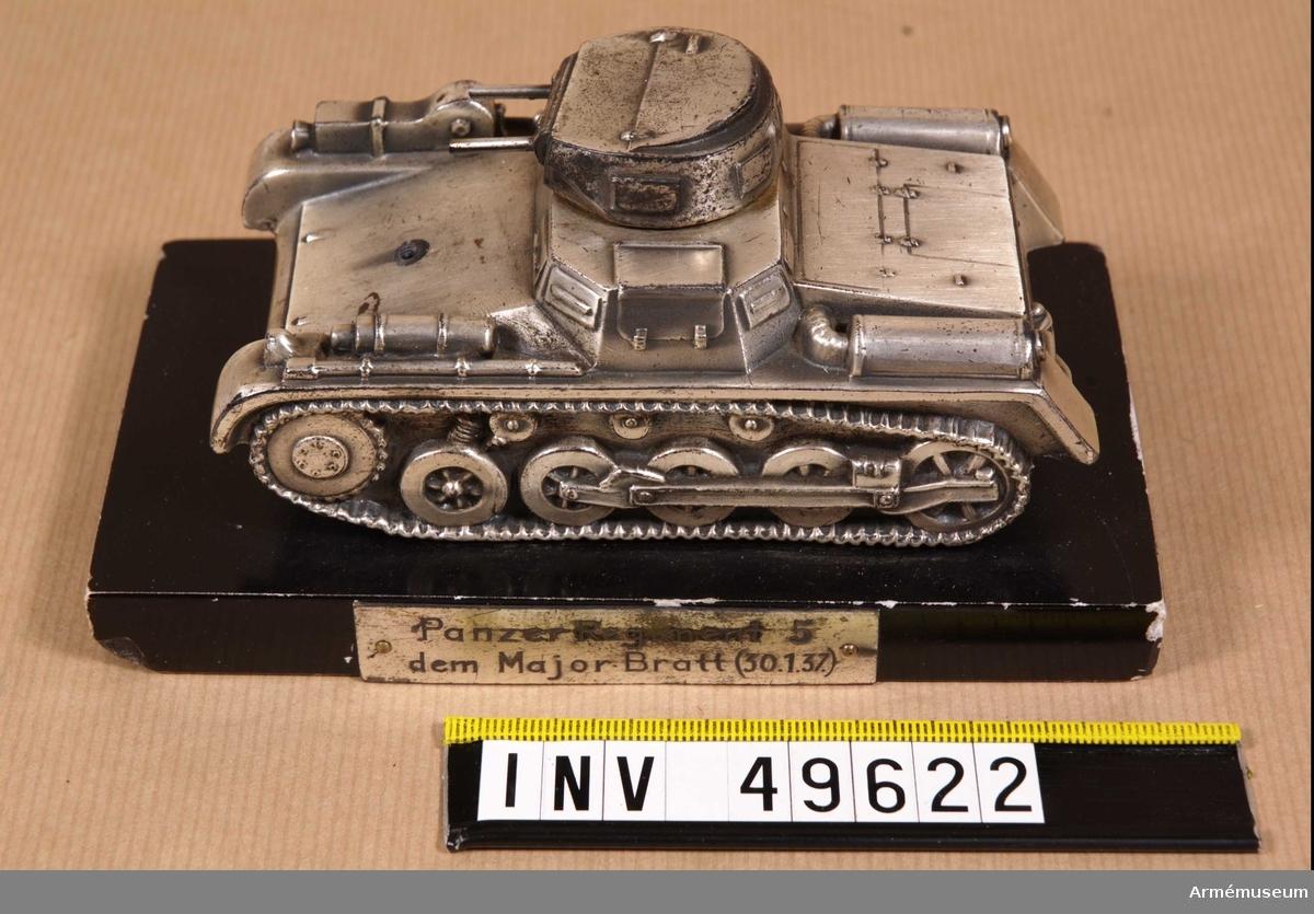 """Grupp E XII. Modell monterad på stenplatta med silverplåt """"Panzer Regiment 5 dem Major Bratt (30.1.37)."""