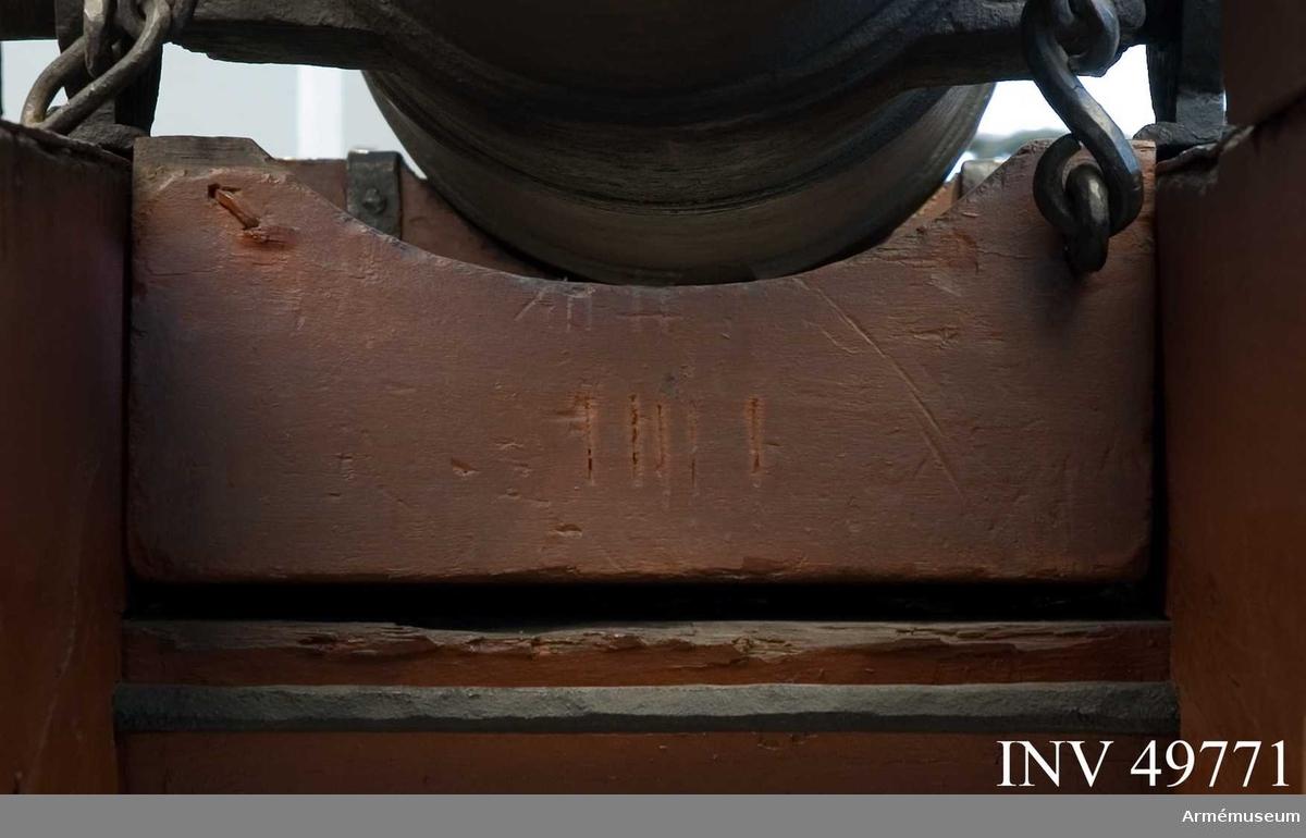 Grupp F I Från 12-pundig kanon av 1753 års konstruktion som består av av eldrör, lavett, marschklots, föreställare med förvåg och två  svänglar, pinnkapell, sättare, riktkilar, laddskyffel, luntstake  med lunta, viskare, rymnål, plunderskruv, handspakar och  tistelstång. Marschklotsen är märkt XII # (pundtecken).  Klotsen sätts fast i lavetten med genomgående bult.  Samhörande nr är AM.49769-83, 49562