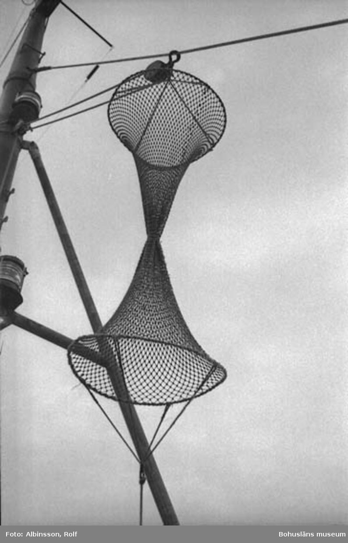 """Enligt fotografens noteringar: """"Signalen som anger att trålning är pågår."""" Fototid: 1996-03-06."""