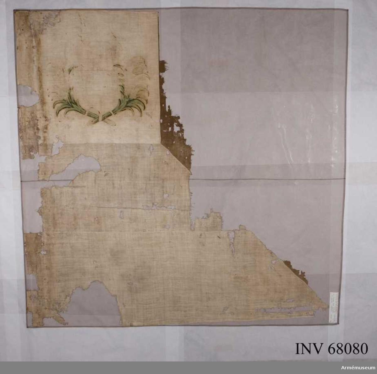 Duk: Tillverkad av enkel vit och brun linnelärft. Rektangulärt vitt fält (670 x 740 mm). Rester av brunt fält i kanten, höjd: 525 mm. Överst fyrkantigt vitt fält, höjd: 505 mm.  Dekor:  Målat på det fyrkantiga fältet: utsidan: blått språkband med gulaktig text; insidan: två palmkvistar i grönt. Lossad från stången.