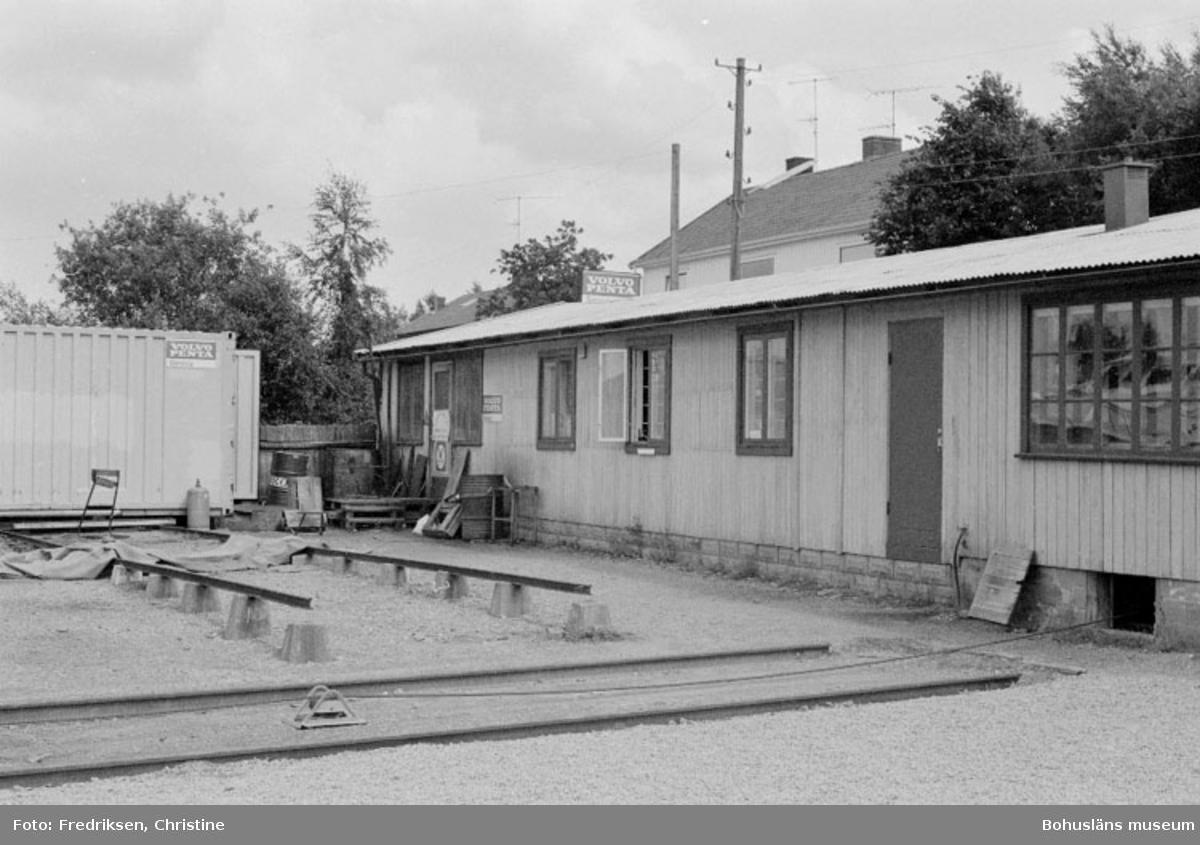 """Motivbeskrivning: """"Stenungsunds Båtvarv, Stenungsund.  På bilden syns f.d garage som numera används som försäljningslokal."""" Datum: 1980-07-15 Riktning: Nö"""