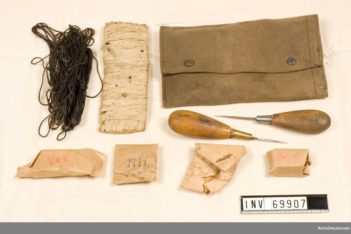 Sylväska av kanvas som innehåller två sylar, segelgarn, becktråd, nubb, beck, vax.