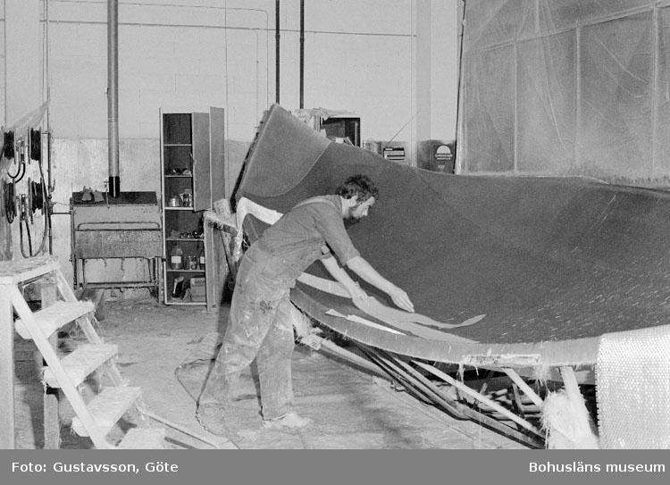 """Motivbeskrivning: """"Gullmarsvarvet AB, Ulseröd, Lysekil. Bild från sprutrum.  På bilden syns Kenneth Eklund."""" Datum: 19801031"""