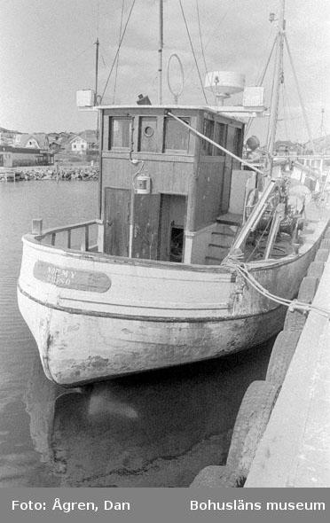 "Motivbeskrivning: ""Bebyggelse på Hälsö, Hälsö hamn fiskebåtar."" Datum: 19800502"