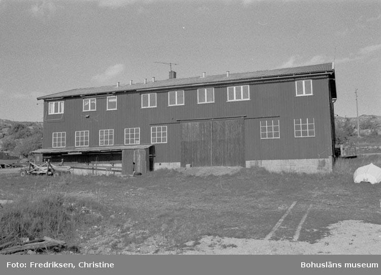 """Motivbeskrivning: """"198005. Bovallstrands Varv & Mekaniska Verkstad, Strömstad. Båtbyggarverkstaden.""""."""