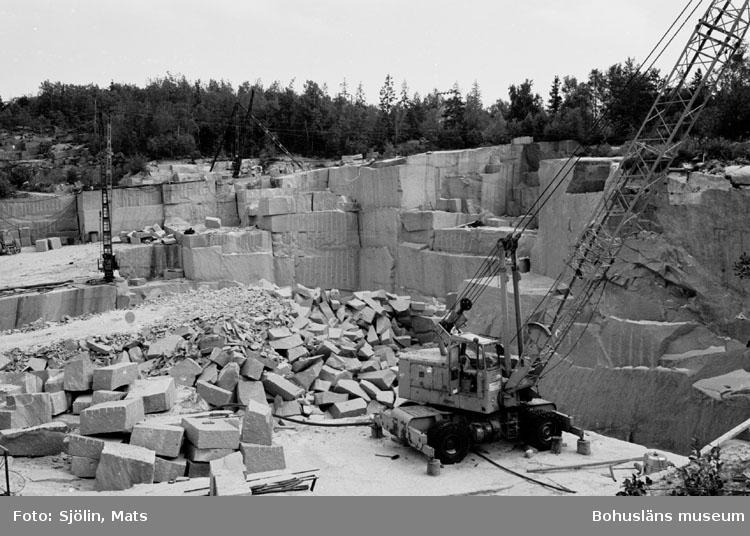 """Bohusläns samhälls- och näringsliv. 2. STENINDUSTRIN. Film: 31  Text som medföljde bilden: """"Kran (mobil). Juli 1977."""""""