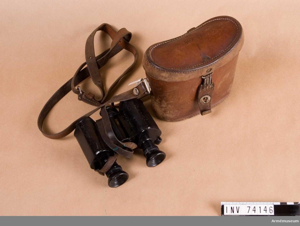 """Grupp F III.   Kikaren märkt """"Trieder Binocle Armeé Mod Pat"""". Fodralet märkt """"I Nr 255 1921""""."""