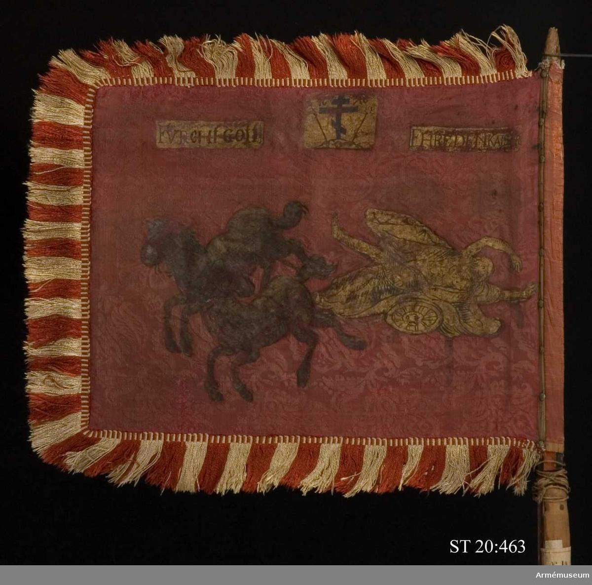 """På en röd europeisk sidendamast i guld- och silvermålning avbildas Faetons färd med solvagnen. Upptill syns en tysk devis: """"Furcht Gott/ Ehre den kaiser"""" (Frukta Gud och ära kejsaren) samt ett rysk-ortodoxt kors."""